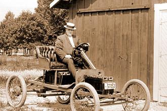 Инженер Фред Элисон испытывает электромобиль с батареей Эдисона, 1914 г.