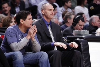 Владелец «Далласа» Марк Кьюбан приехал на игру в Чикаго, но его присуствие не помогло баскетболистам «Маверикс» в матче «Буллс»