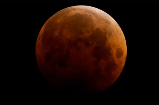 Красная Луна в небе над Госфордом к северу от Сиднея