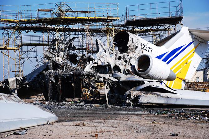 Уничтоженный самолет в аэропорту Донецка