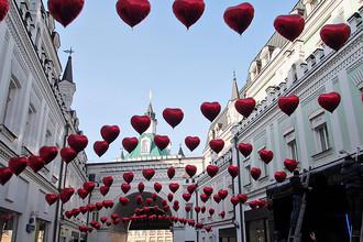 Третьяковский проезд, украшенный воздушными шарами в честь Дня всех влюбленных