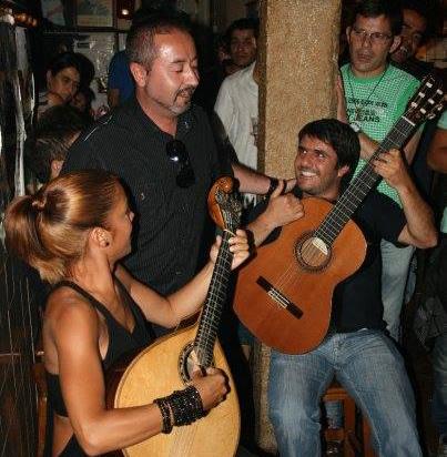 Педру Моутинью в легендарной лиссабонской Tasca do Chico, куда музыканты приходят отдохнуть после выступлений, попеть-поиграть «для себя»