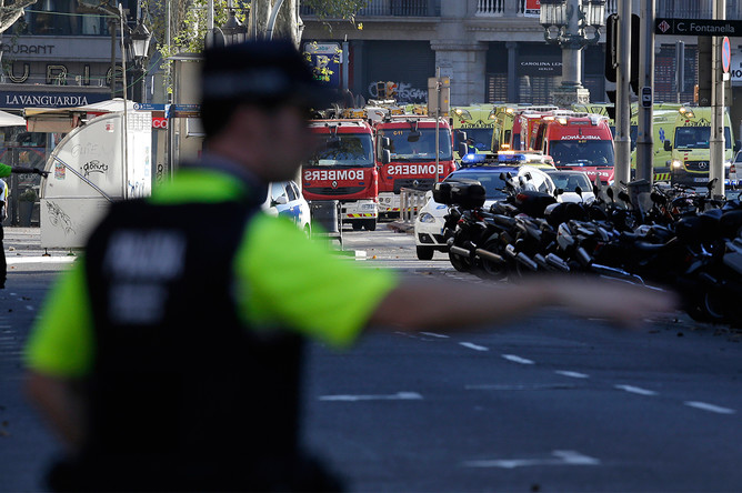 Полицейское оцепление рядом с местом наезда фургона на пешеходов в центре Барселоны, 17 августа 2017 года