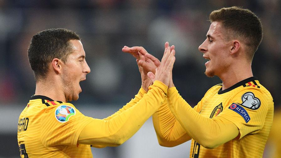 Игроки сборной Бельгии Эден Азар (слева) и Торган Азар радуются забитому голу в отборочном матче чемпионата Европы по футболу 2020 между сборными России и Бельгии, 16 ноября 2019 года