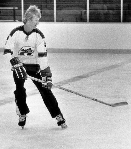 Точкой отсчета для взрослой спортивной карьеры Гретцки можно считать 1978 год- 17-летний игрок заключил контракт с клубом Всемирной хоккейной ассоциации (ВХА) «Индианаполис Рэйсерс» на сумму порядка $100 тыс. В том же году хоккеист попал в «Эдмонтон». В первом же сезоне он набрал 110 очков, среди которых было 46 шайб, и был признан лучшим новичком ВХА. На фото Гретцки во время тренировки с «Индианаполис Рэйсерс» в 1978 году
