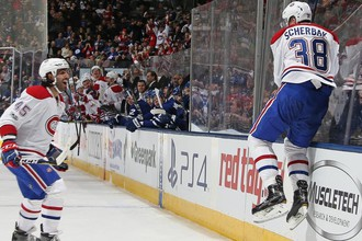 Нападающий «Монреаля» Никита Щербак (справа) празднует свою первую заброшенную шайбу в НХЛ