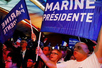 Сторонники кандидата в президенты Франции от «Национального фронта» на мероприятии в коммуне Энен-Бомон, 23 апреля 2017 года