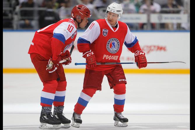 Хоккеист Павел Буре и Владимир Путин во время гала-матча команд Ночной хоккейной лиги