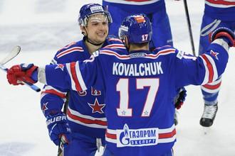 Вадим Шипачев и Илья Ковальчук (№17) празднуют шайбу в ворота «Локомотива»