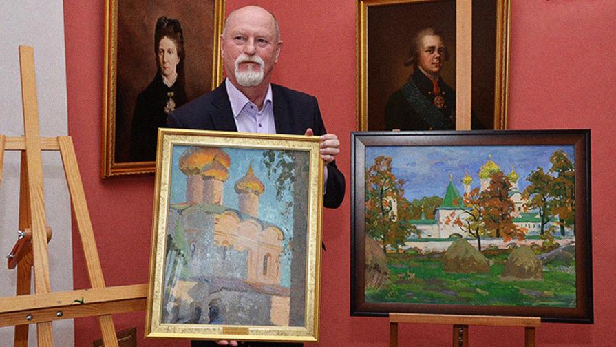 Коллекционер Александр Гремитских c полотнами из своего собрания