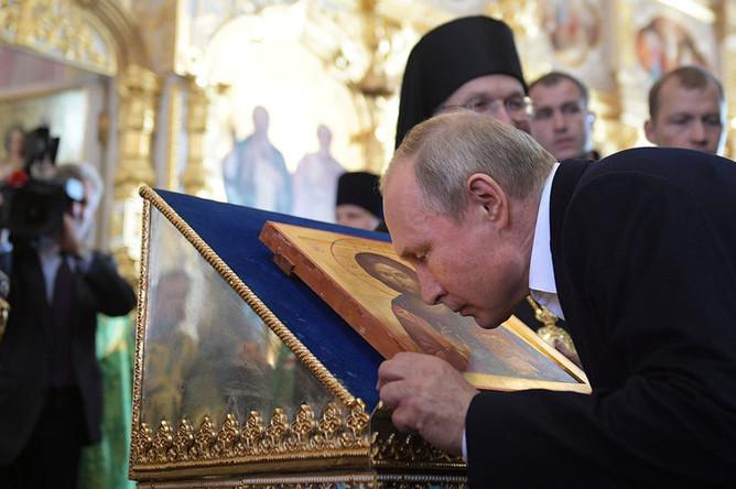 Президент России Владимир Путин во время посещения Спасо-Преображенскиого Валаамского ставропигиального монастыря, 11 июля 2018 года