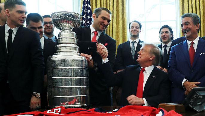 Президент США Дональд Трамп и капитан «Вашингтон Кэпиталз» россиянин Александр Овечкин во время встречи в Белом доме, 25 марта 2019 года