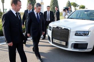 Председатель правительства России Дмитрий Медведев и президент, председатель кабинета министров Туркмении Гурбангулы Бердымухамедов (слева направо) у российского автомобиля Aurus Senat, 12 августа 2019 года
