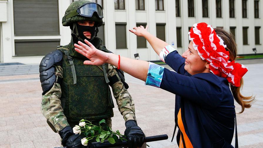 Объятия с милицией: как прошел пятый день протестов в Белоруссии
