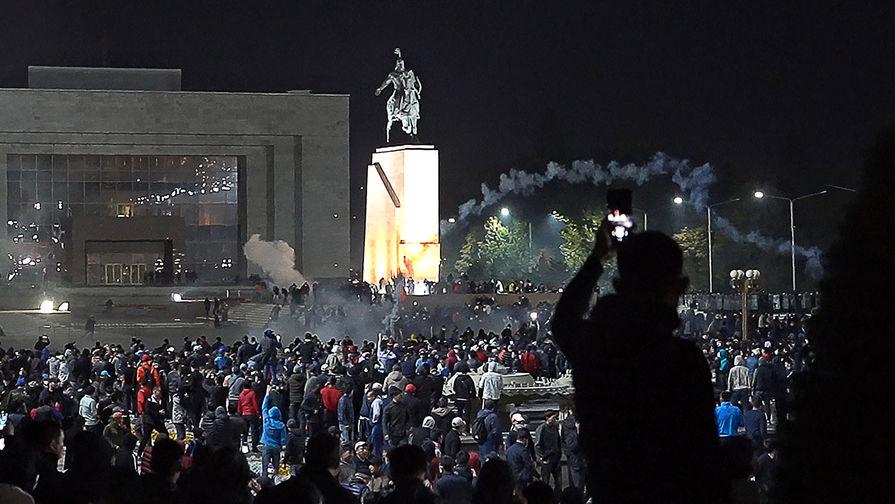 Сторонники проигравших на парламентских выборах партий на центральной площади города, 5 октября 2020 года