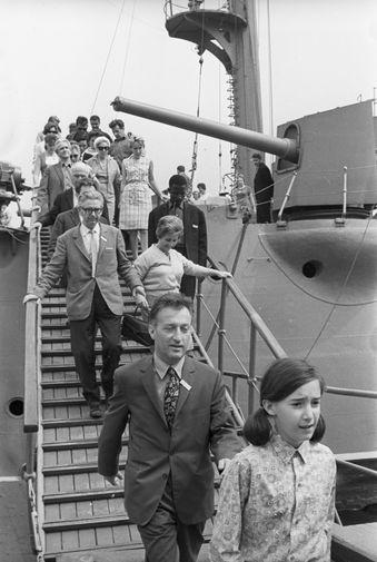 Итальянский писатель Джанни Родари с дочерью Паолой во время осмотра крейсера «Аврора, 1967 год