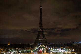 Эйфелева башня в знак скорби погрузилась во тьму