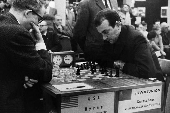 За шахматной доской гроссмейстеры Роберт Бирн (США) и Виктор Корчной (СССР) во время международного турнира, 1960 год