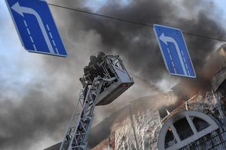 Сотрудники противопожарной службы во время тушения пожара в торговом центре «Атом» на Таганской площади в Москве, 9 августа 2017 года