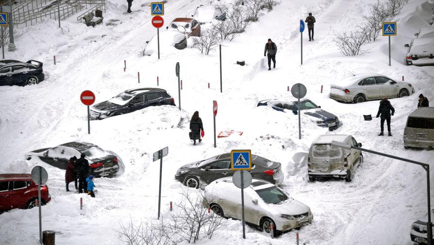 Последствия снегопада на одной из улиц Москвы, 13 февраля 2021 года