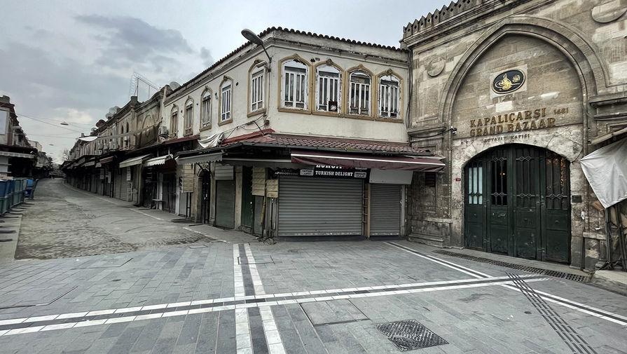 Пустые улицы неподалеку от Гранд-базара в Стамбуле, 18 апреля 2021 года