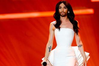 Победитель «Евровидения-2014» Кончита Вурст во время выступления на конкурсе 2015 года в Вене