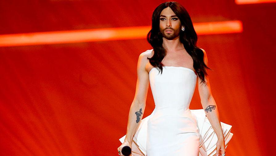Победитель «Евровидения-2014» Кончита Вурст во время выступления на конкурсе 2015 года в...