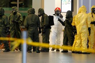 Специалисты в защитных костюмах во время проверки аэропорта Куала-Лумпура после убийства Ким Чен Нама, 26 февраля 2017 года