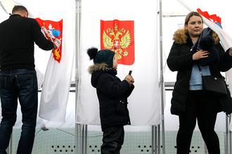 Во время голосования на выборах президента РФ на избирательном участке в Подмосковье, 18 марта 2018 года