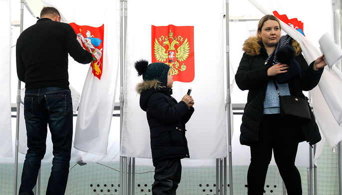 Во время голосования на выборах президента РФ на избирательном участке в Подмосковье, 18 марта 2018...