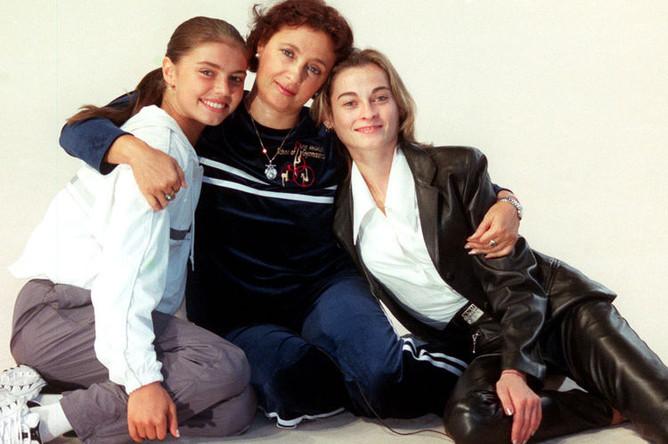 Члены олимпийской сборной России по художественной гимнастике Алина Кабаева и Юлия Барсукова с тренером Ириной Винер-Усмановой, 2000 год