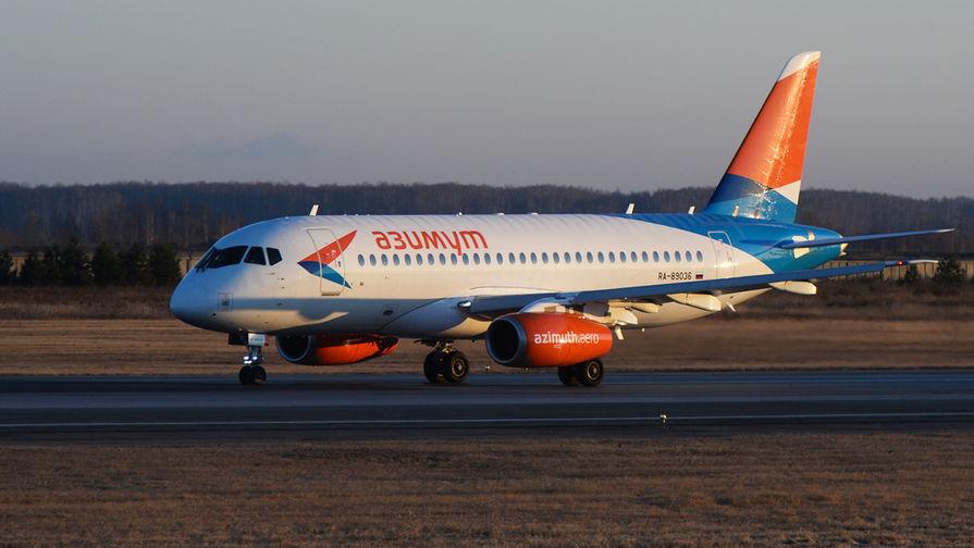Самолет Sukhoi Superjet 100 новой авиакомпании «Азимут» в аэропорту «Толмачево» в Новосибирске, 2017 год