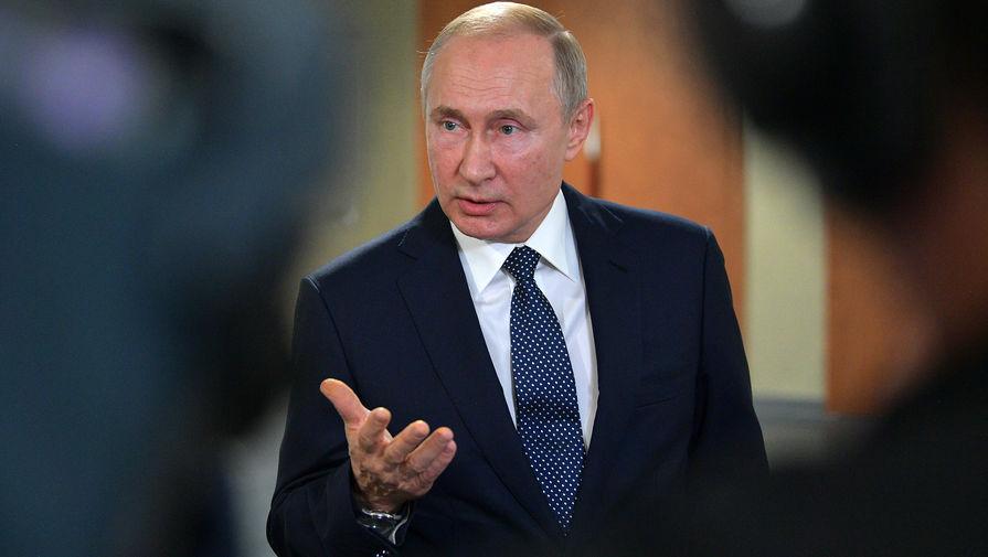 Появилось видео с Путиным, опустившимся на колено перед юной балериной