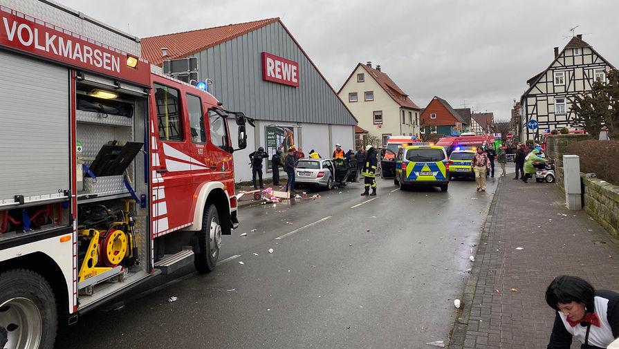 В Германии автомобиль сбил более 30 участников парада