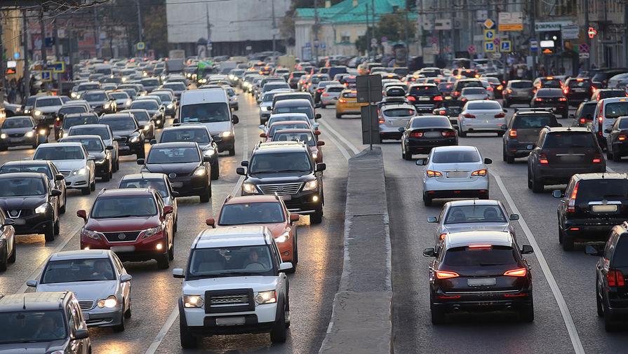 В Москве перекрыли движение на Хорошевском шоссе из-за загоревшейся машины