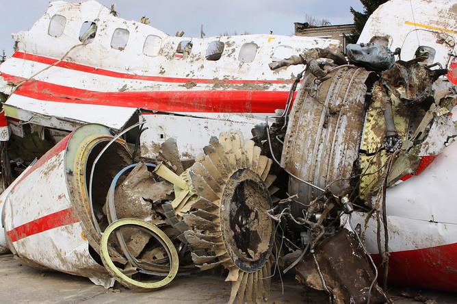 Обломки польского правительственного самолета Ту-154 на охраняемой площадке аэродрома в Смоленске, апрель 2010 года