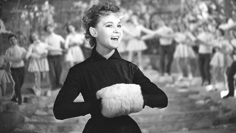 <b>Кадр из фильма «Карнавальная ночь» (1956).</b> Сегодня с трудом верится в то, что официальные пробы на роль Леночки актриса провалила. Тогда юная харьковчанка решилась на хитрый ход: привлечь внимание самого директора «Мосфильма» Ивана Пырьева. Благо, такой случай подвернулся. Пырьев шел по коридору, когда ему на глаза попалась девушка с лихой, пружинящей походкой. Участь дебютантки была решена: Пырьев распорядился о новых пробах для дебютантки. Рязанов остался доволен результатом, и советский зритель увидел теперь уже всем известную Лену Крылову.