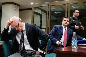 Адвокаты Владимира Евтушенкова Владимир Козин и Максим Музыка (слева направо) во время заседания в Мосгорсуде