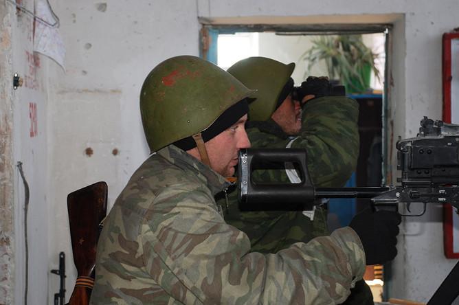 Ополченцы Донецкой народной республики во время боя в районе аэропорта города Донецка