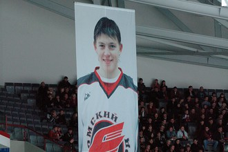 Баннер с изображением Алексея Черепанова на трибунах в Омске