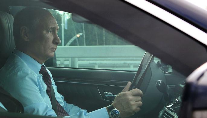 Президент России Владимир Путин за рулем автомобиля в Санкт-Петербурге, 2013 год