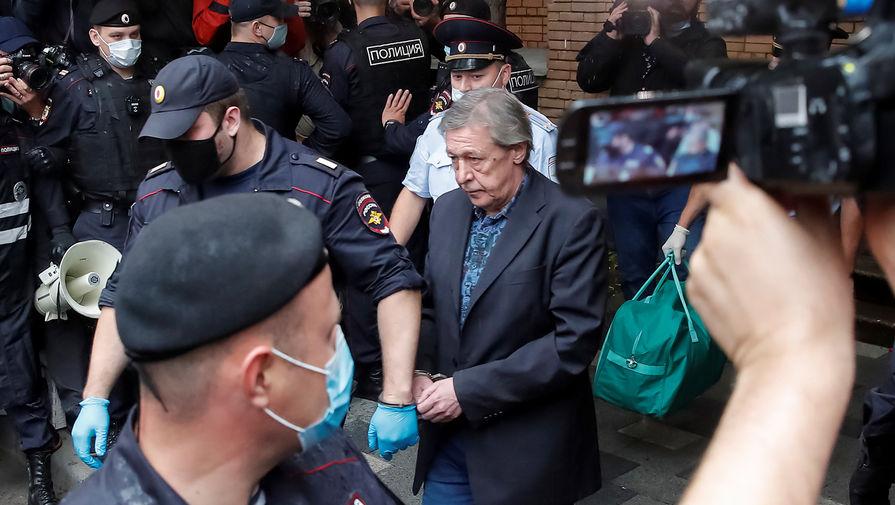 Актер Михаил Ефремов у здания Пресненского суда города Москвы после оглашения приговора, 8 сентября 2020 года