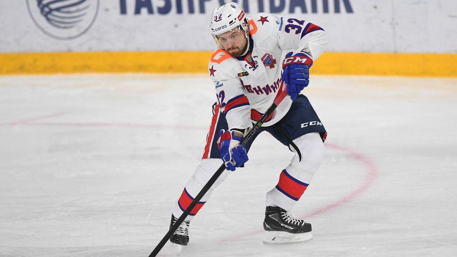 Игрок СКА Лукас Бенгтссон в матче регулярного чемпионата Континентальной хоккейной лиги против «Автомобилиста»