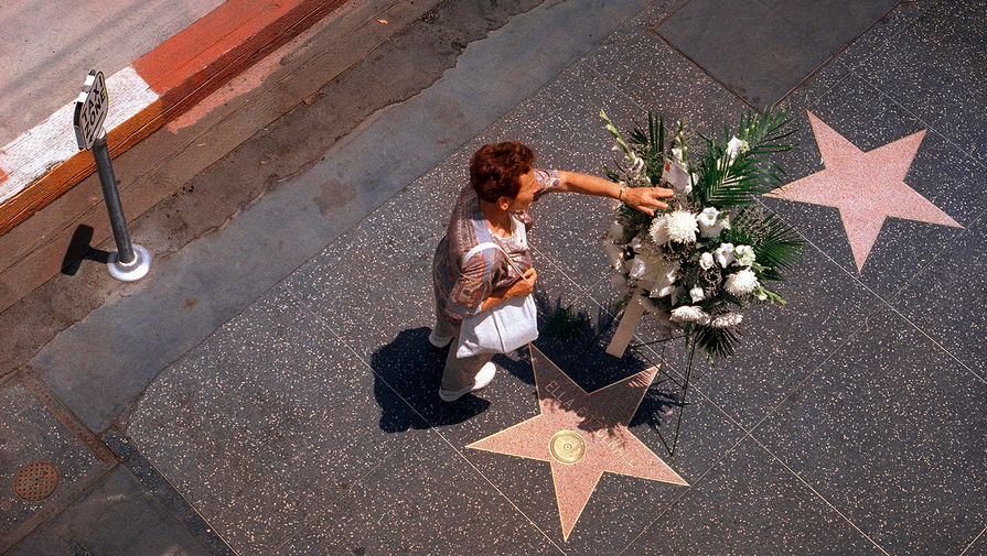 Памятный венок у звезды певицы Эллы Фицджеральд на Голливудской Аллее славы в Лос-Анджелесе. Фицджеральд скончалась в 1996 году в своем доме в Беверли-Хиллз в возрасте 78 лет.
