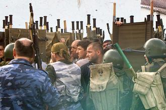 Спецназ во дворе захваченной школы №1 в Беслане