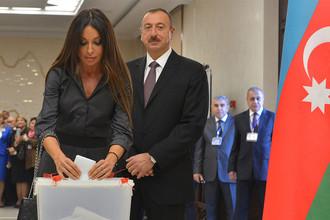 Президент Азербайджана Ильхам Алиев и его супруга Мехрибан во время голосования на президентских выборах в Баку, 2013 год