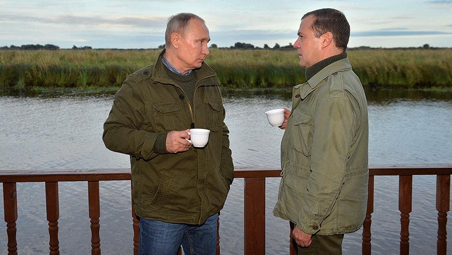 Президент России Владимир Путин и председатель правительства Дмитрий Медведев на острове Липно в...
