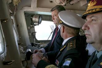 Президент Украины Петр Порошенко (слева) за штурвалом флагмана ВМС Украины фрегата «Гетман Сагайдачный»