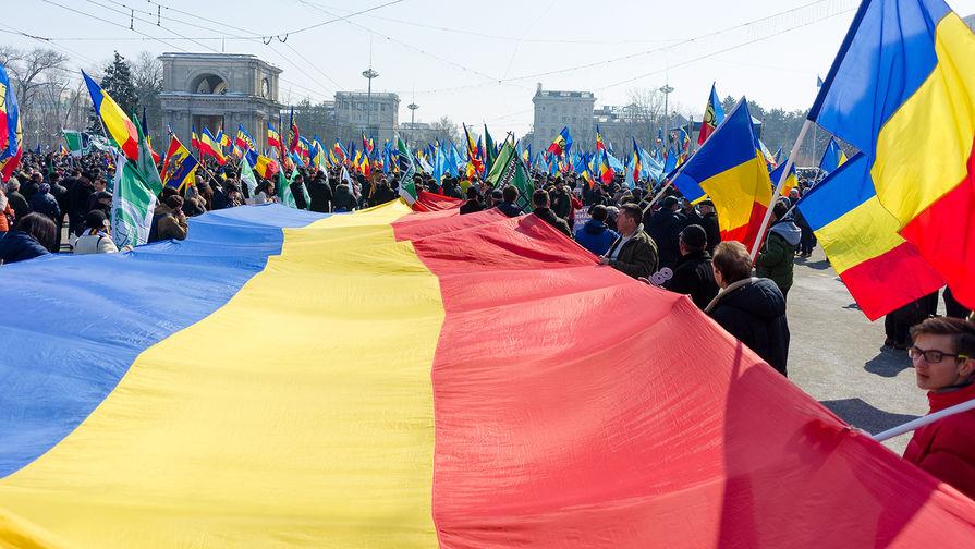 Участники акции в поддержку объединения Молдавии и Румынии в центре Кишинева, 25 марта 2018 года
