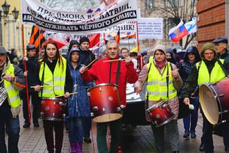 Участники митинга «Марш рассерженных родителей» в знак протеста против принятых законов о переходе образования в средней школе на латышский язык, Рига, 4 апреля 2018 года